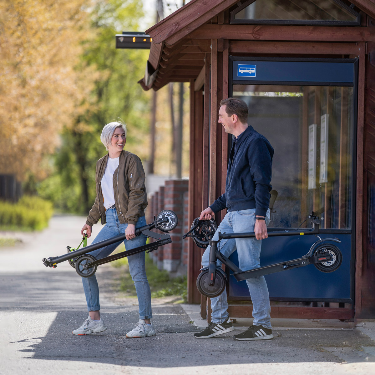 Electric-scooter-EWay_E1-E2Pro_bus_stop2_web.jpg