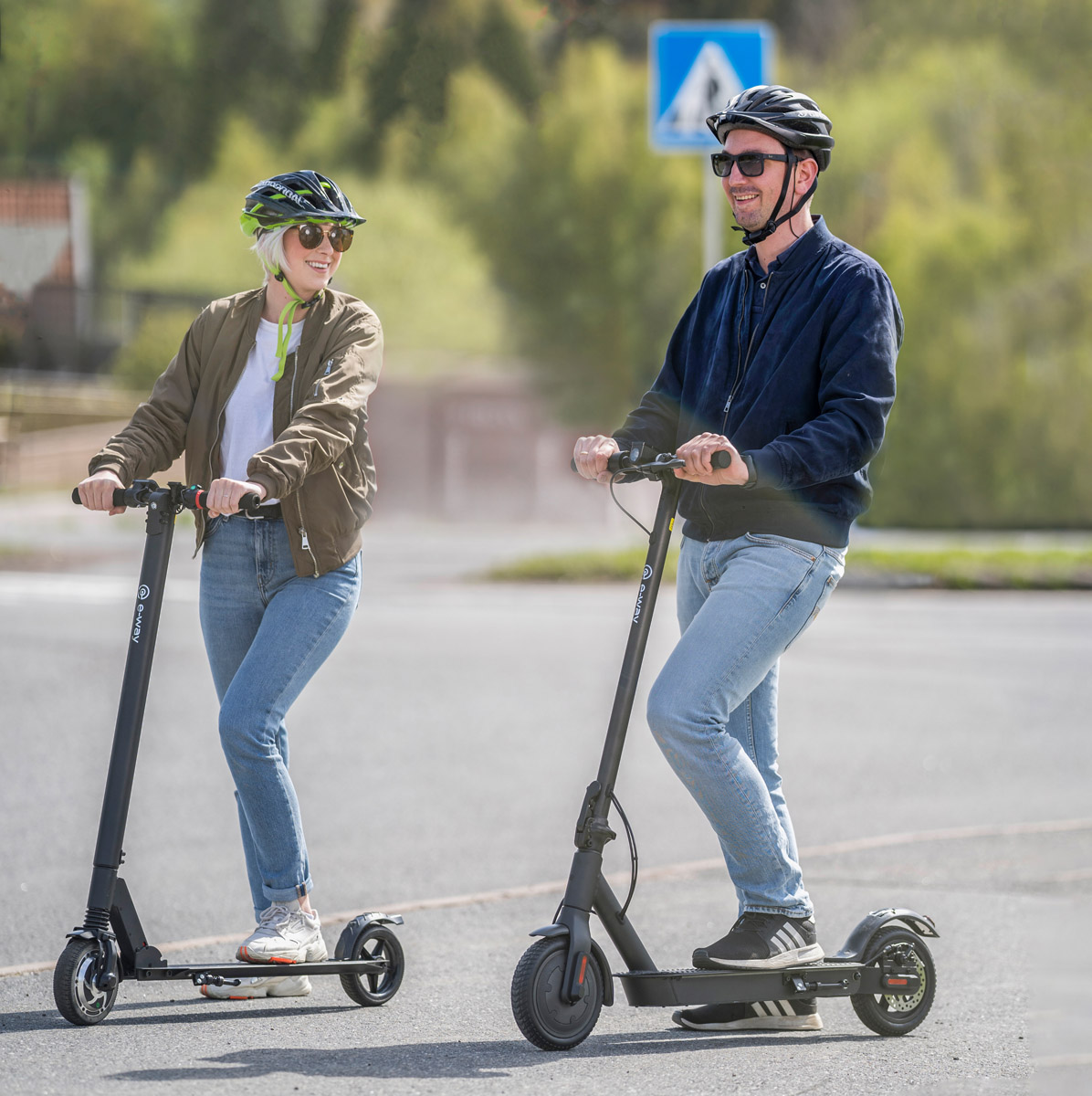Electric-scooter_Eway_E1_E2Pro_standing-on-the-street_web.jpg